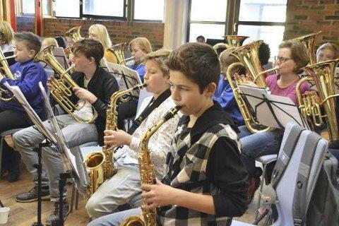 Skolekorpsene på Vestvågøy var samlet til felles øvelse i mars i fjor sammen med Svolvær skoles musikkorps.