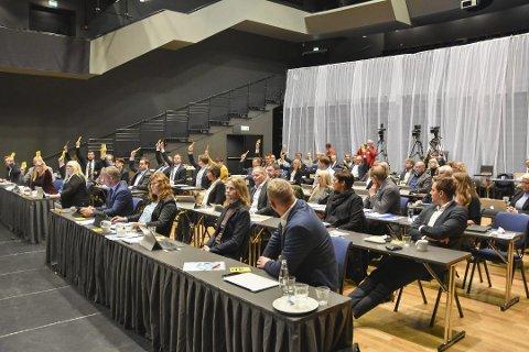 Her vedtar fylkestinget det nye samferdselskartet. Opposisjonen bestående av Høyre, Frp, MDG og Rødt stemmer mot og fikk heller ikke flertall for sine forslag. Blant annet ville Høyre og Frp ha en regional plan med en konsekvensutredning før en ny runde.