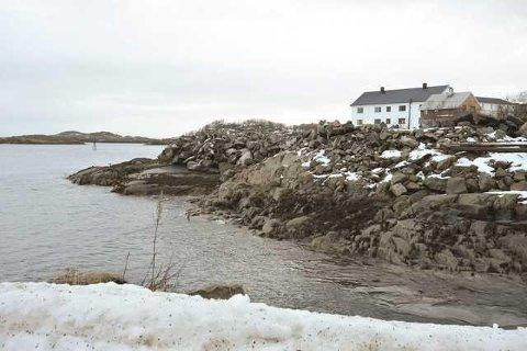 Slik ligger tomten i dag i Henningsvær, og her er det nå konkrete planer om utbygging.