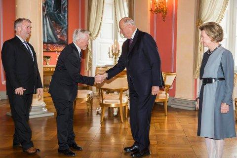 Otto Ingvard Holdal fra Bøstad, ledsaget av Karl Sverre Holdal, har mottatt kongens fortjenstmedalje. Her hilser de på kong Harald og Dronning Sonja hilser på under en mottakelse på Slottet onsdag.