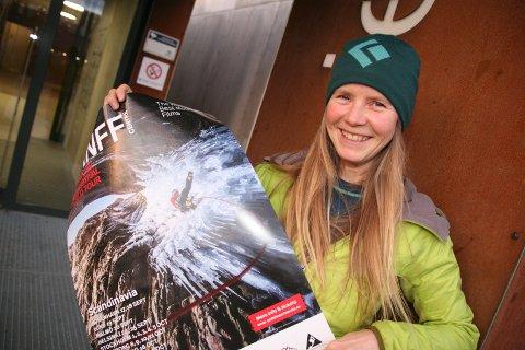 Plakatene er oppe. Festivalsjef Ylva Asker inviterer til fjellfilmfestival i Meieriet kulturhus på Leknes. - I fjor gikk overskuddet til Vest-Lofoten klatreklubb som har utvidet tilbudet sitt med flere klatreruter. Ogås i år skal overskuddet gå til lag og foreninger som jobber med friluftsliv, forteller Asker.