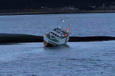 PÅ SKJÆR: Båten traff et skjær på vei inn mot land.