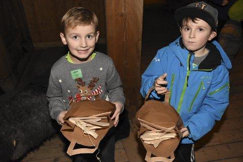 STOLTE: Emrick og Viljar viser stolt fram alt de har laget på juleverkstedet.