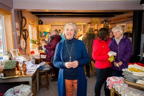 FOLKSOMT: Marit Plener Gran var storfornøyd med oppmøtet på julemarkedet i gammelbutikken.