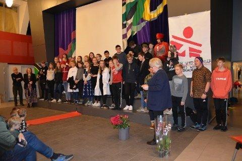 VINNERE: Elevene ved Svarholt skole i Stamsund er fylkesvinnere i Organisasjonen Leger Uten Grensers skoleprosjekt, Et Grenseløst Skoleprosjekt 2018.