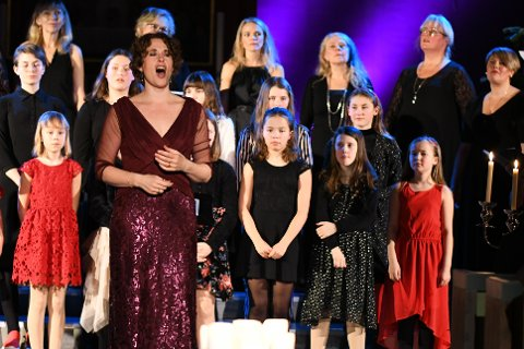 """Avskjed: Mezzosopran Marianne Beate Kielland, Lofoten Voices og Lofoten Minivoices, leverte mektig og storslått på sin siste utgave av """"Marianne Beates Jul"""" i Stamsund kirke."""