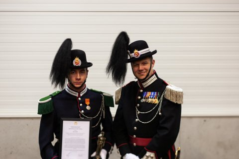 ÅRETS GARDIST: Her er Christoffer Pedersen  sammen med gardesjef Flom.