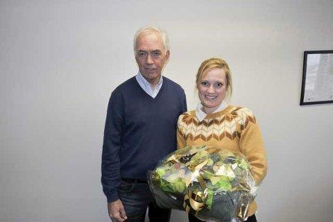 Adm.dir. Odd Magne Steffensen fra LIAS i Lofoten hadde blomster med til daglig leder Kristin Sandvoll i Bakehuset NordNorge i Svolvær.