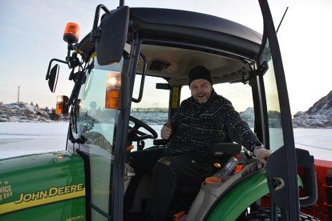 TRAKTOR: Da koronaen kom måtte Ståle Gjerstad bytte ut busssetet med traktorsetet.