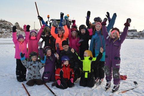Ungene på Ballstad jubler for at Ståle Gjerstad (i midten) rydder snøen bort og lager skøyteis til dem på Sjyvannet. Alle foto: Geir Inge Winther
