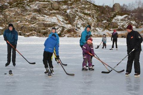Både store og små er med når det spilles ishockey på Sjyvannet.
