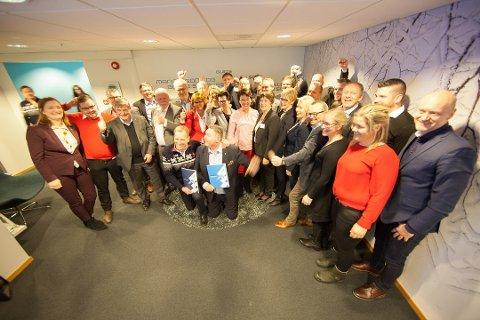 22 ordførere og representanter fra de tre nordnorske fylkene stilte opp da Narvik leverte VM-søknaden sin til skiforbundet. Foran Narvik-ordfører Rune Edvardsen og generalsekretær i skiforbundet, Stein Opsal. Foto: Ragnar Bøifot