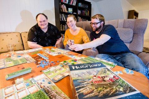 TEST AV NUSFJORD PÅ NAPP: Einar Benjaminsen, Tiril Auby og Ørjan Arntzen synes det nye storspillet Nusfjord er veldig gøy.