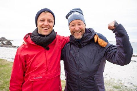 """I Lofoten: Programleder for """"Alt for Norge"""" og Kjetil Andre Aamodt har tatt med de amerikanske deltakerne til blant annet Kvalvika i Flakstad."""