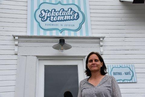 ENDELIG: Tirsdag kunne en fornøyd Janett Haug Larsen (45) åpne Sjokoladerommet på Gravdal.