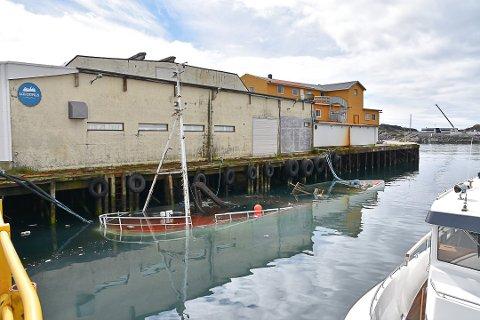 Sank: I slutten av juni sank denne 75 fot lange båten i kaia ved kjølelageret i Svolvær. Dumping av gamle båtvrak er et stort problem, ifølge havnevesenet.