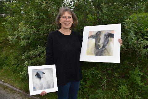 SAU: Annika Mikkonen med to av de 70 maleriene med sauer som hun stiller ut på Ballstadlandet