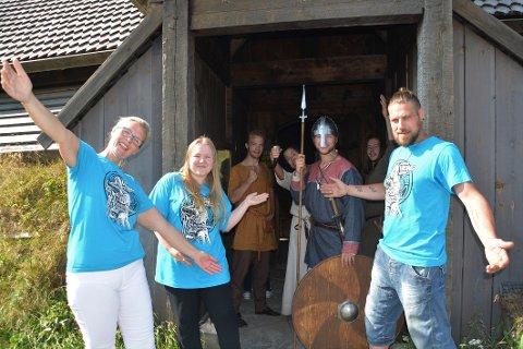 VELKOMMEN: Markedssjef Hege Anita Eilertsen, lærling i reiselivsfag Marion Hustad Eck, og festivalkoordinator Robin Waage-Risjord, ønsker store og små velkommen til vikingfestival på Borg.