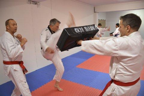 Sjefer: Leder i Stamsund Taekwondo & Hapkidoklubb Per-Helge Pettersen (t.v.) og klubbens Master Bengt-Jonny Pettersen i aksjon på treningen.