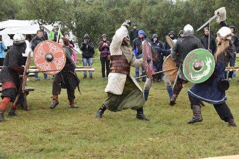 Hardt: Det gikk hardt for seg da vikingene barket sammen. Alle foto: Eirik Eidissen