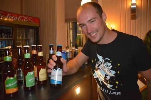 Ølsmaker: Edvard Falch fra Steigen har smakt på hele 2503 ølsorter. I helgen var han på plass på Henningsvær Ølfestival.