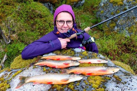 FIN RØYE: Røye tatt på mark fra land i Storvatnet ved Nusfjord i fjor. Ifølge rapporten fra Ferskvannsbiologen AS og Ecofact Nord har røya i vannet fin kvalitet.