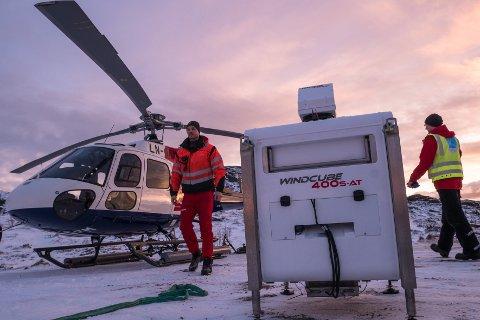 Hentet: Denne LIDAR-vindmåleren ble hentet onsdag på Malnes. Den skal plasseres ut i området ved Farstadvannet på Vestvågøy for å måle vinden for eventuell flyplass lenger nord enn dagens Leknes lufthavn