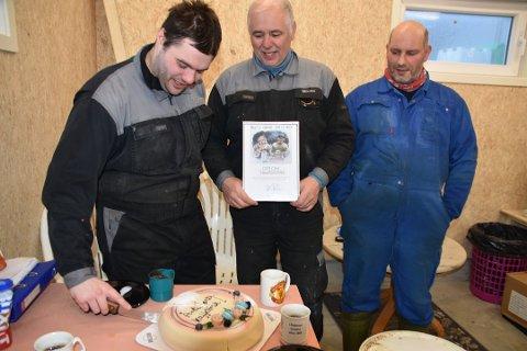 KAKEFEST: Tor Petter Kristiansen skjærer kaka mens Morten Kristiansen og Bjørn Tore Yttergård følger med at stykket ikke blir for stort Foto: Kai Nikolaisen