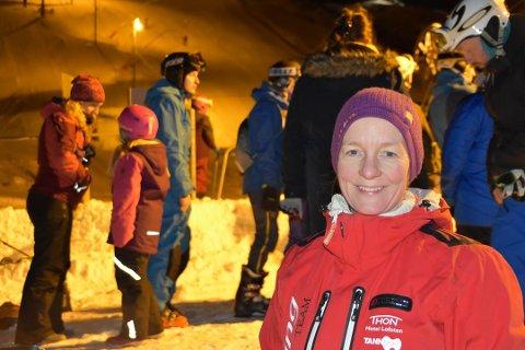 Uåpnet: Leder i Svolvær Alpinklubb, Kjersti Eline Tønnessen Busch, forklarer at været foreløpig setter en stopper for å legge snø i alpinbakken i Svolvær.