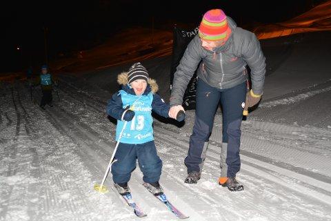 Fornøyd: Smilet var bredt på Martinus Pedersen, da han deltok på årets første renn i Telenorkarusellen i Stamsund. Her sammen med mamma Isabell Pedersen.