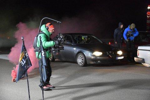 Produksjon: Mellom 20 og 25 personer var på plass under innspillinga på Svolvær lufthavn. De fleste er folk fra NRK, men folk fra Lofoten er også leid inn for å hjelpe til.
