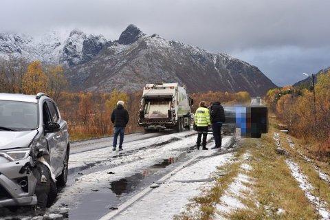 Den grå leiebilen kom over i motsatt kjørefelt og forårsaket ulykka.