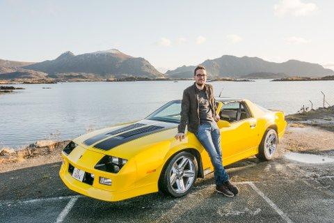 DYP BULDRING OG DYRISKE BRØL: Hans-Olav Martinsen med sin heftige 1986 Chevrolet Camaro Z28. Gravdalsgutten falt for den gromme motorlyden og den kule fargekombinasjonen.