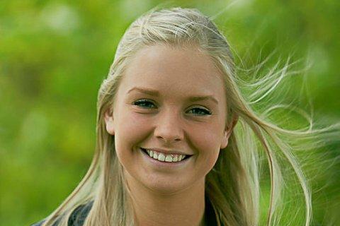 TYDELIG: Leder Sandra Tønne i Ungdommens fylkesting ønsker seg miljøvennlige kunstgressbaner. I Nordland er det 103 utendørs kunstgressbaner. Prislappen for å innføre tiltak for å håndtere gummigranulat kan ligge på opp til 1,6 millioner kroner.
