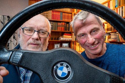 STUNTER: Kyrre Sollund (64) og Bjørn Kjølmoen (71) kjører biljakten som vises i første episode av «Twin».