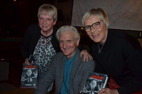 På Billy Jacobsens store kveld sto folk i kø for å sikre seg et signert bokeksemplar. Til venstre Evy Synnøve Hansen og Heidi Iversen sammen med forfatteren.