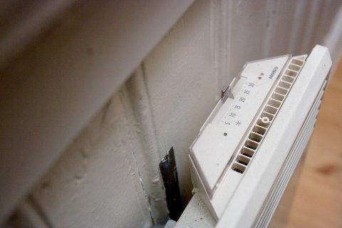 Det er mulig å spare store summer om du skrur ned gradene på panelovnen eller varmepumpa.