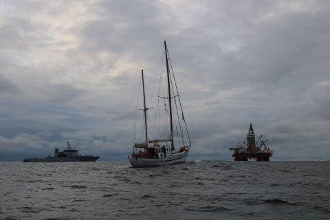 Bildet viser kystvaktskipet KV Barentshav til venstre, Bellona-båten Kallinika i midten og boreriggen West Hercules til høyre.