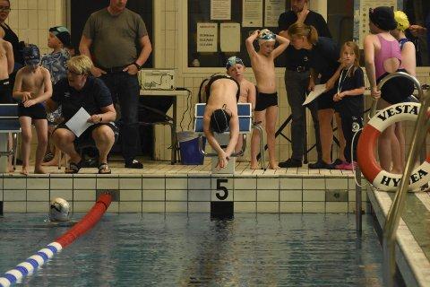Første stevne: 77 svømmere i alderen seks til 14 år deltok da Svolvær svømmeklubb arrangerte sitt aller første stevne i helga.Alle foto: Kristian Rothli