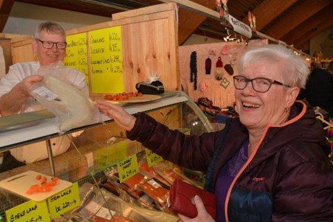 FORNØYD: Årets Lofoten Gave – og Håndverksmesse er den 27. i rekken, og Kitty Theigmann fra Leknes, sikret seg lutefisk av Johnny Larsen fra Grovfjord.