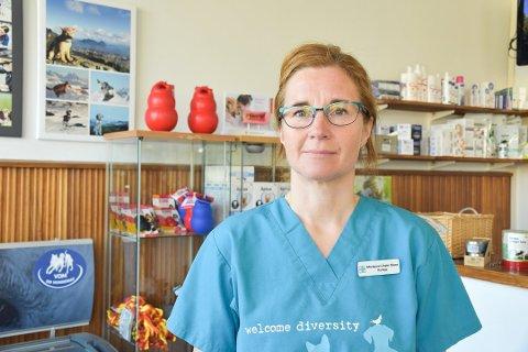Veterinær Marianne Linder Olsen ved Lofoten dyreklinikk skulle gjerne sett at det fantes midler til å drifte en egen smådyrvakt i regionen. Arkivfoto.