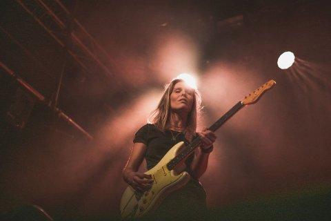 Tora Dahle Aagård er låtskriver, gitarist og vokalist i bandet TORA.