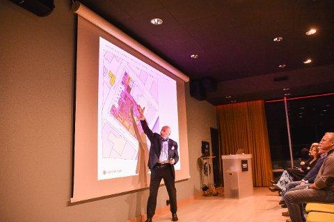 Investor Christian Ringnes presenterer hotellplanene på folkemøte i Svolvær 20. februar.