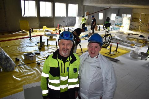 Fornøyd: Det er hektiske dager inne i det nye samdriftskjøkkenet til Vestvågøy kommune. Anleggsleder Sten Are Jakobsen og kjøkkensjef Geir Myhren ser fram til åpningsdagen 1. november.