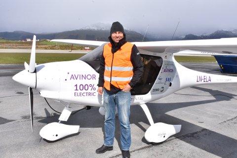 Leder for Avinors klimaprogram, Olav Mosvold Larsen, foran det helelektriske flyet.