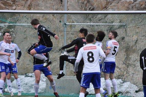 Regnbue: I onsdagens kamp mellom FK Lofoten og SIl bar FK Lofoten- kaptein Markus Helfjord Rolandsen klubbens nye kapteinsbind i regnbuens farger.