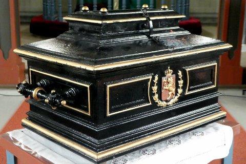 HISTORISK: Valgurna er laget av Drammens Jernstøberi i 1885, og veier rundt 30 kilo