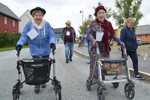 """Rullatorløp: 93-åringen Bertha Hagen (t.v.) viste tydelig at både formen og konkurranseinstinktet var på plass da hun deltok på rullatorløp under """"Stamsund i fest"""". Her side om side med Åse Kongsjord."""
