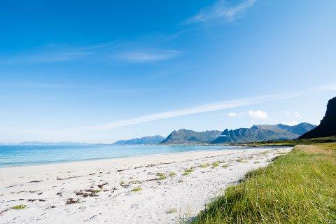 Varmt og tørt: Den vakre Stranda i Vinjevika på Gimsøya er en av mange plasser man har kunnet nyte tørre og varme dager i sommer. Arkivfoto: Jon Olav Larsen