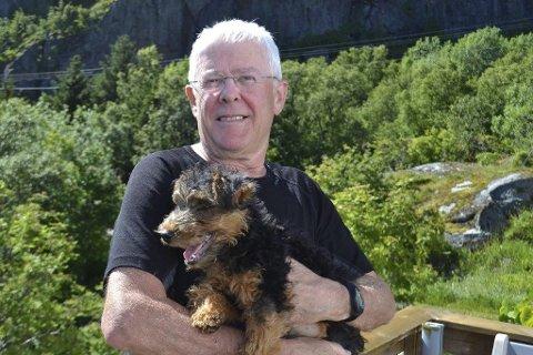 BILDER: Jon Heger og hunden Una trives i Stamsund. – Jeg tenker mye. Akkurat nå er jeg opptatt av brutte løfter på Nesna. Det utvises en bedriten oppførsel overfor lokalsamfunnet. Alle bilder: John- Arne Storhaug.